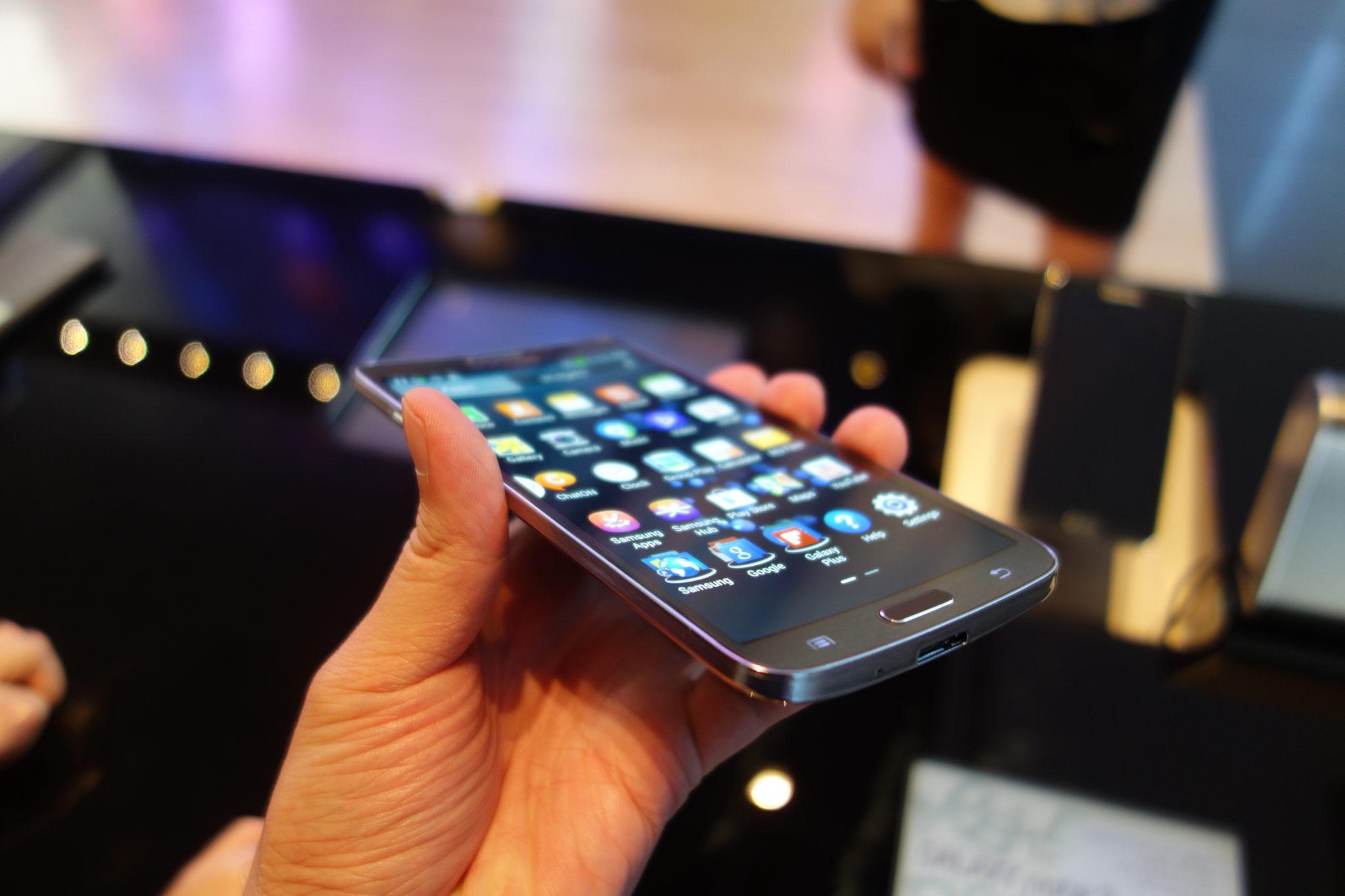 Ecranul curbat al lui Samsung Galaxy Round - ilovesamsung.ro