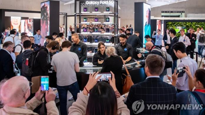 În timp ce Samsung inovează în smartphone-uri, Apple actualizează