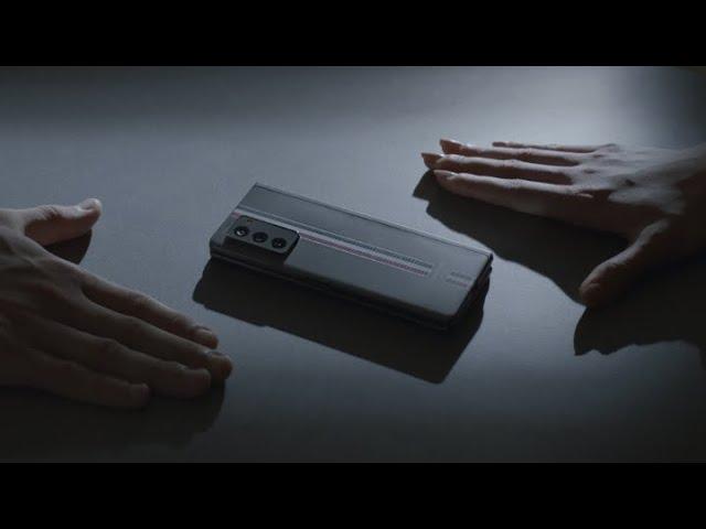 Galaxy Z Fold 2 Thom Browne Edition într-un clip publicitar