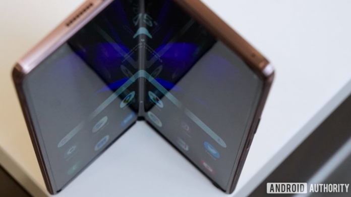 Trei telefoane pliabile Samsung vor fi lansate in 2021 unul mai ieftin