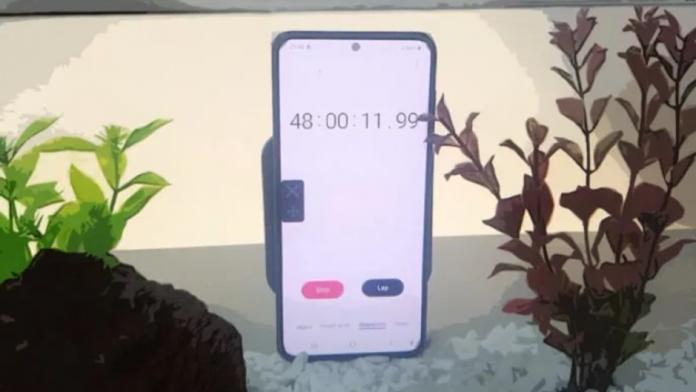 Iata cat rezista sub apa un smartphone Samsung Galaxy S21
