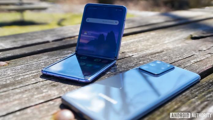 Noi detalii despre Galaxy Z Flip 3 si Z Fold 3 din materialele promotionale