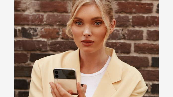 Supermodelul Elsa Hosk Downtown LA cu Galaxy Z Flip 3